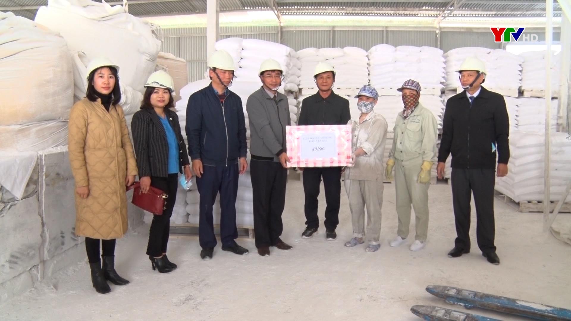 LĐLĐ tỉnh tặng quà công nhân lao động