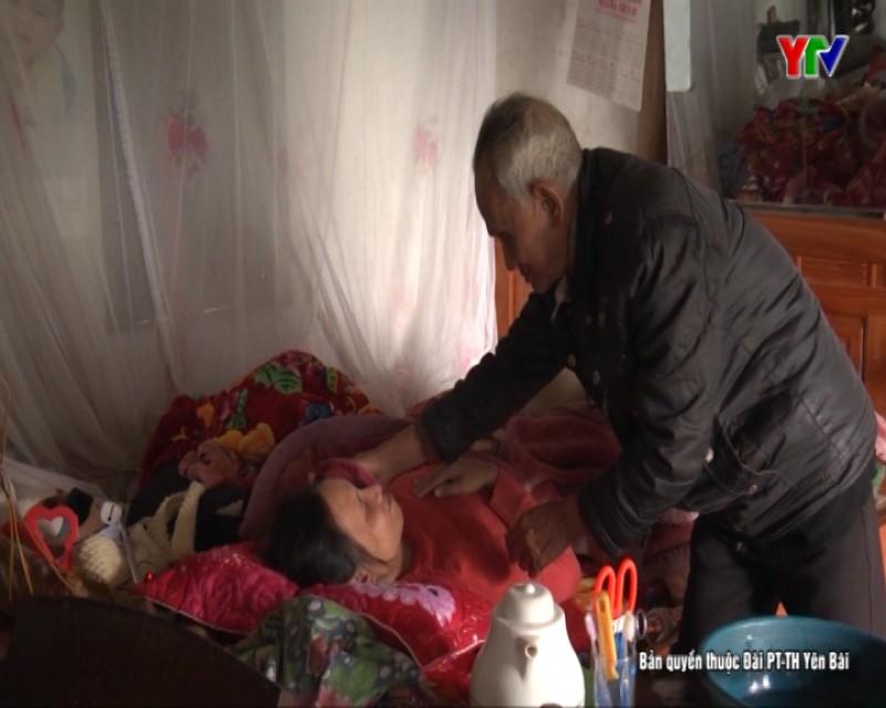Éo le cảnh cha già chăm con gái liệt giường