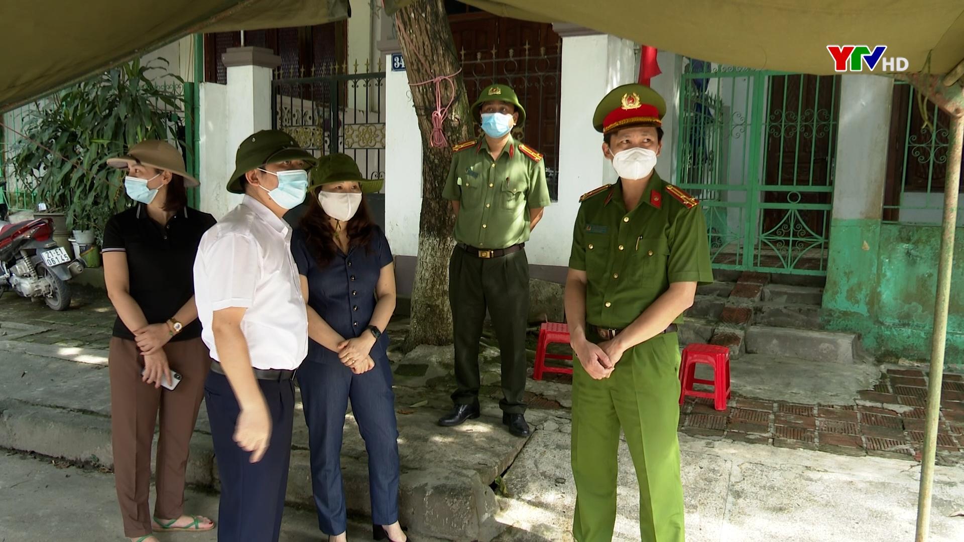 Đồng chí Phó Chủ tịch UBND tỉnh Vũ Thị Hiền Hạnh kiểm tra công tác phòng chống dịch tại khu vực tạm thời phong tỏa phường Hồng Hà, TP Yên Bái