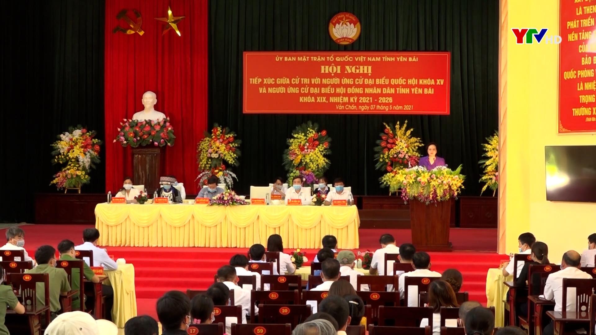 Bộ trưởng Bộ Nội vụ Phạm Thị Thanh Trà và các ứng cử viên tiếp xúc cử tri tại Văn Chấn