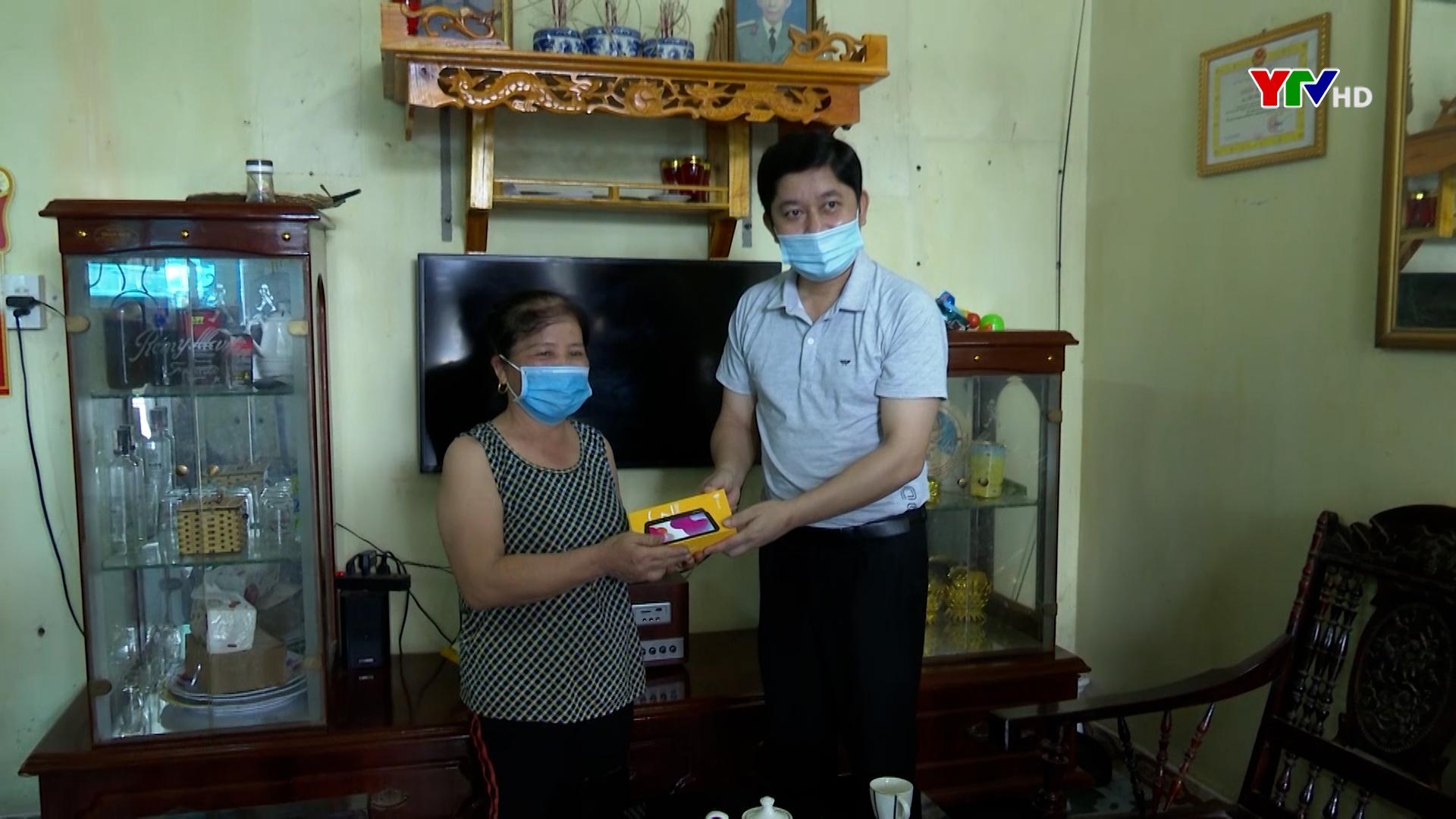 Thành phố Yên Bái trao tặng điện thoại thông minh cho Bí thư chi bộ, tổ trưởng thôn, tổ dân phố