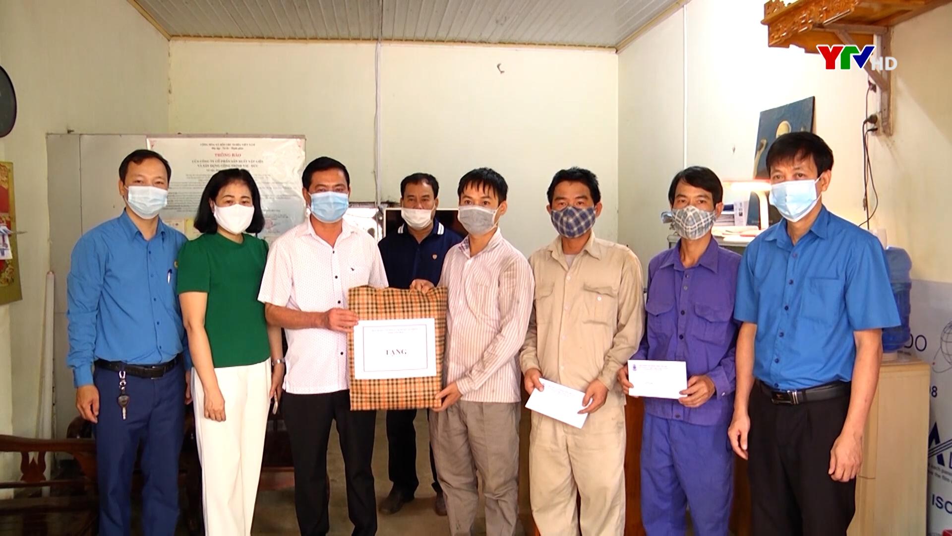 Tặng quà công nhân bị tai nạn lao động