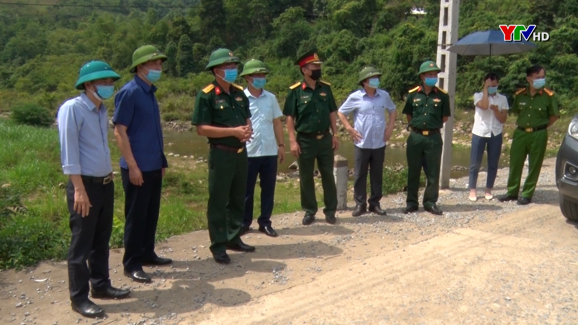 Đại tá Trần Công Ứng - Chỉ huy trưởng Bộ CHQS tỉnh kiểm tra công tác phòng chống thiên tai tại huyện Văn Chấn