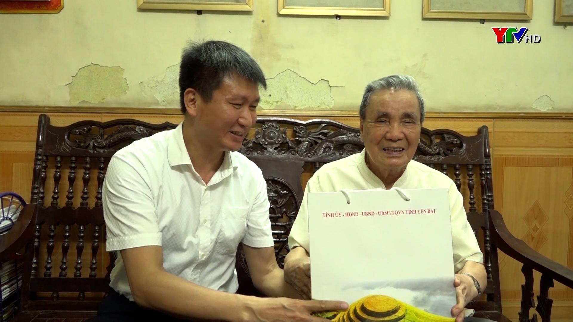 Đồng chí Chủ tịch UBND tỉnh thăm và tặng quà các đồng chí nguyên lãnh đạo tỉnh qua các thời kỳ