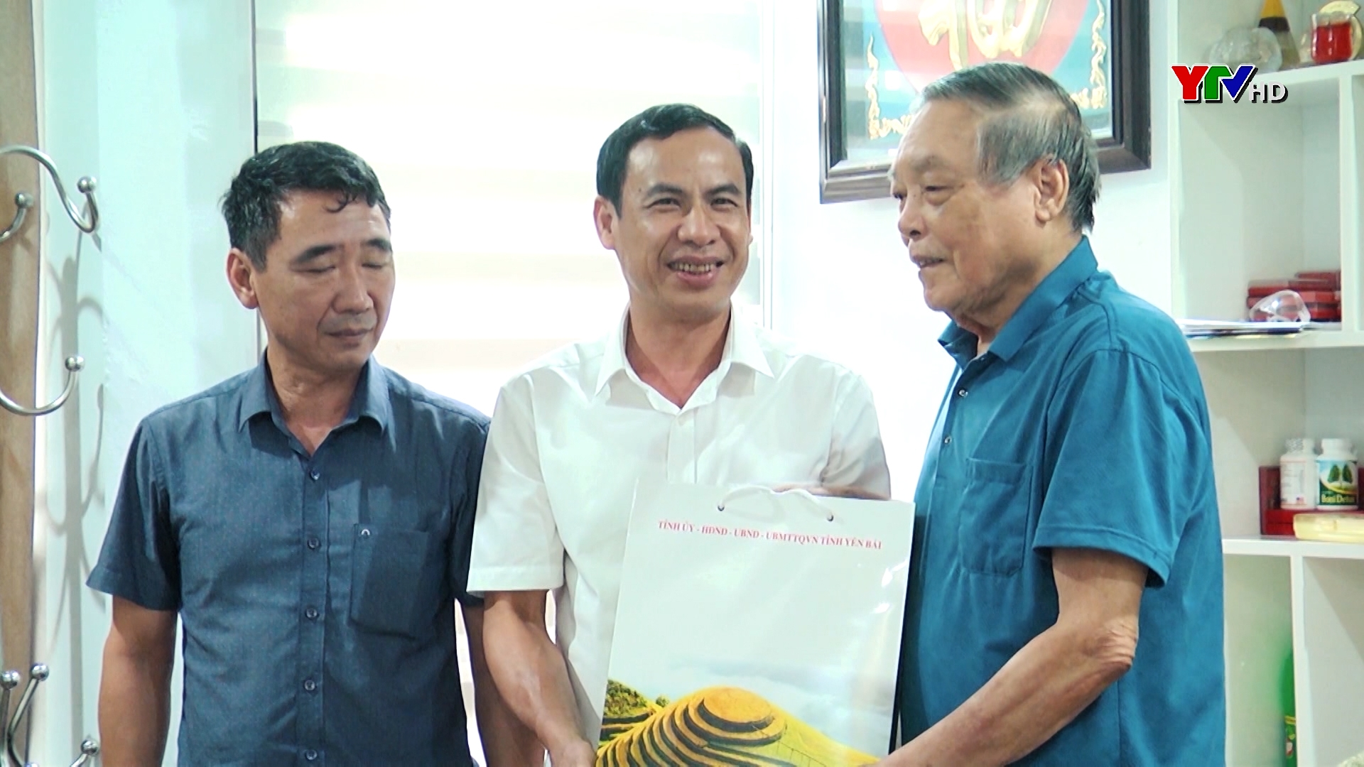 Đồng chí Trưởng Ban Nội chính Tỉnh ủy Lương Văn Thức tặng quà nguyên Trưởng Ban Nội chính Tỉnh ủy