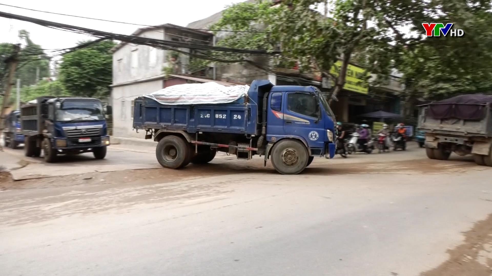 Tiềm ẩn nguy cơ mất ATGT và gây ô nhiễm môi trường từ những xe chở đất
