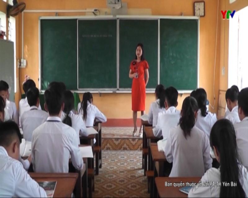 Cô giáo Nguyễn Thị Ngần say mê kể chuyện về những điển hình làm theo lời  Bác