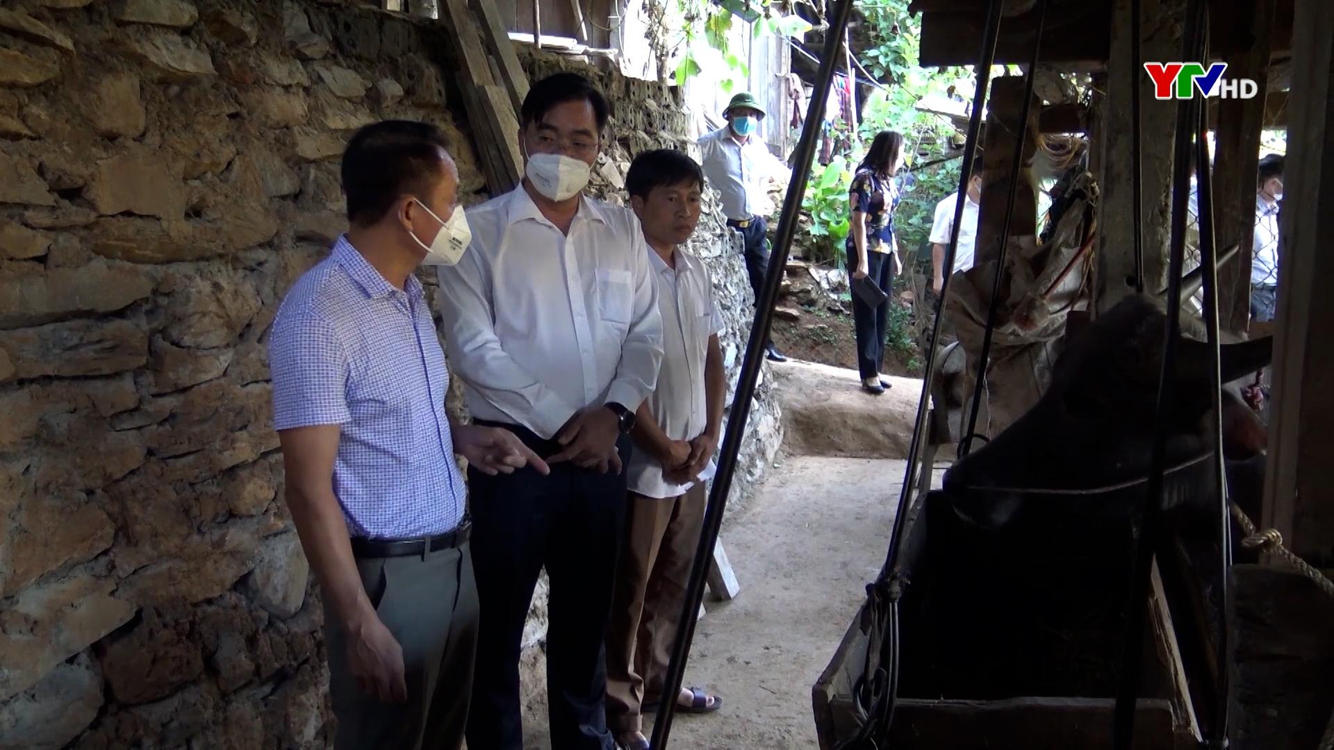 Đồng chí Phó Chủ tịch Thường trực HĐND tỉnh Vũ Quỳnh Khánh kiểm tra việc thực hiện Nghị quyết 69 tại Mù Cang Chải