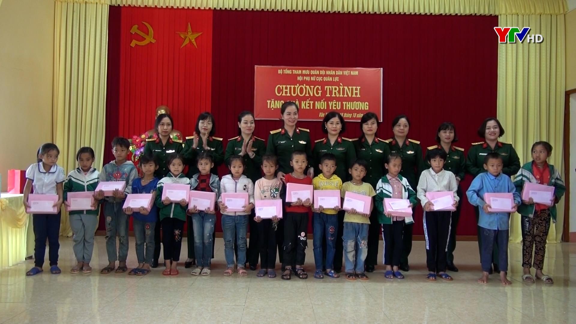 Hoạt động tặng quà cho gia đình chính sách và học sinh nghèo vượt khó tại huyện Văn Yên
