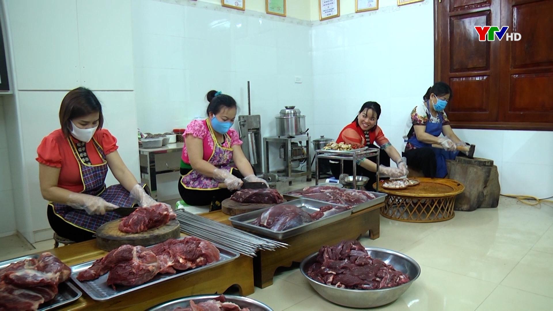 Chị Lưu Thị Thắm đam mê gìn giữ hương vị thịt hun khói Mường Lò