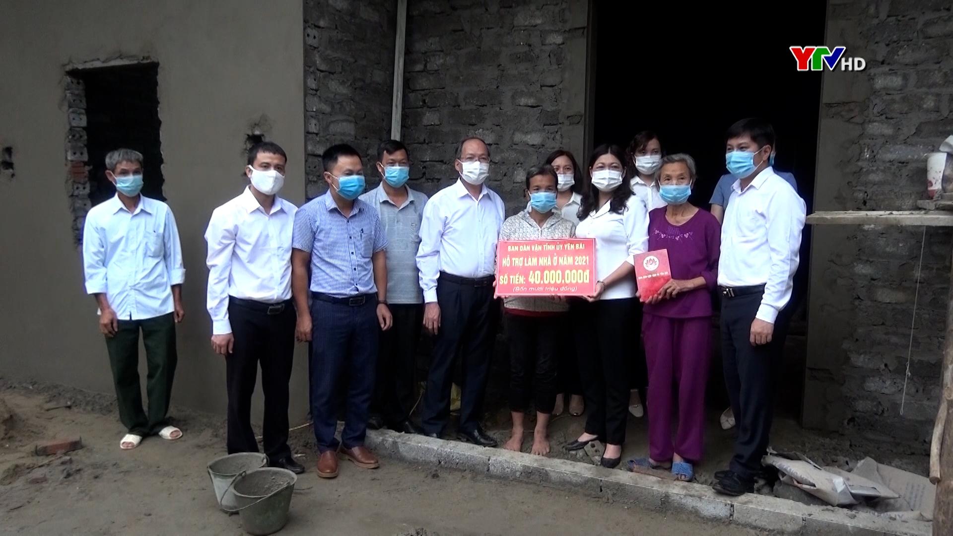 Đồng chí Hoàng Thị Vĩnh –Trưởng Ban Dân vận Tỉnh ủy cùng đoàn công tác trao tiền hỗ trợ làm nhà cho hộ nghèo