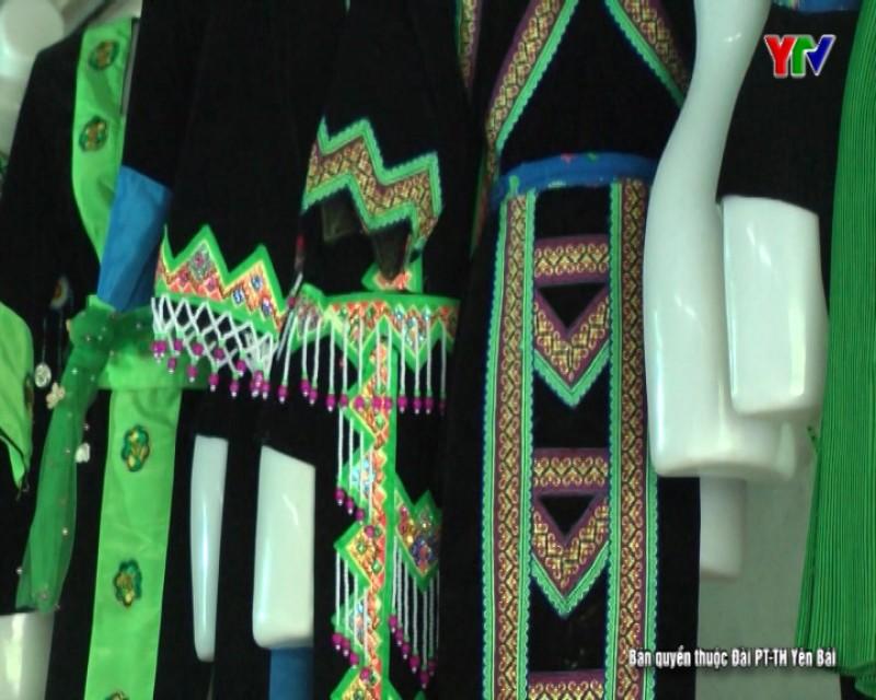 Người giữ gìn và phát huy nét đẹp văn hóa trang phục đồng bào Mông